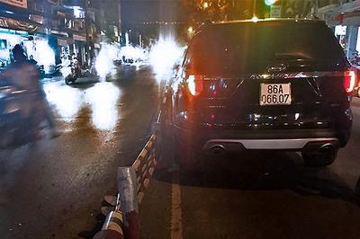 Sư thầy lái ô tô tiền tỷ bị nổ lốp khiến nhiều xe máy té ngã