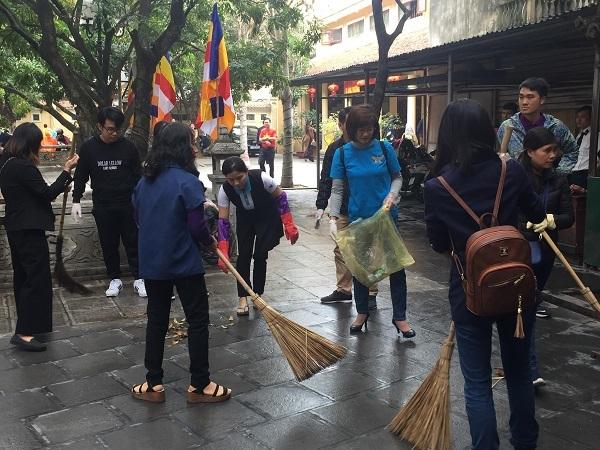 Gần 200 Phật tử Hà Nội xuống đường dọn vệ sinh đầu năm mới