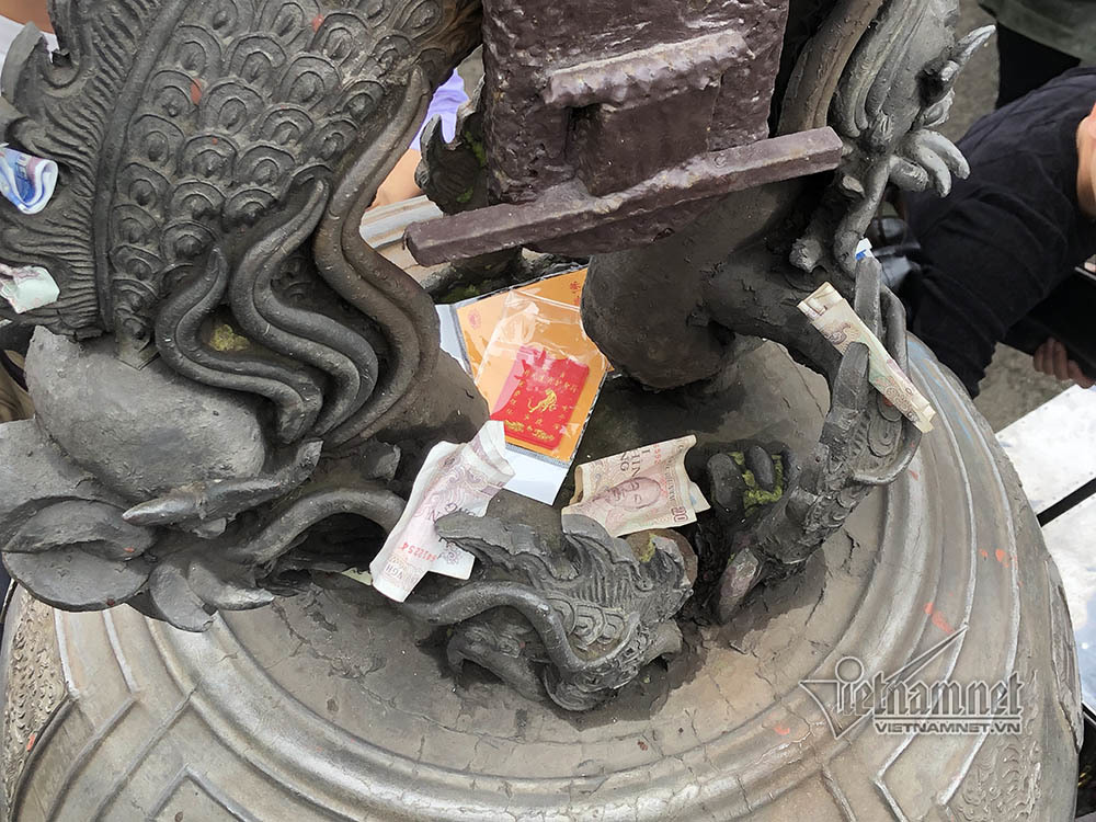 Vạn người đổ về Yên Tử, vẫn cảnh chà tiền vào cột chùa Đồng
