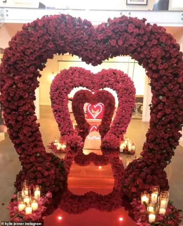 Lối đi tình yêu kết từ hàng nghìn bông hồng dành cho mỹ nhân 9X