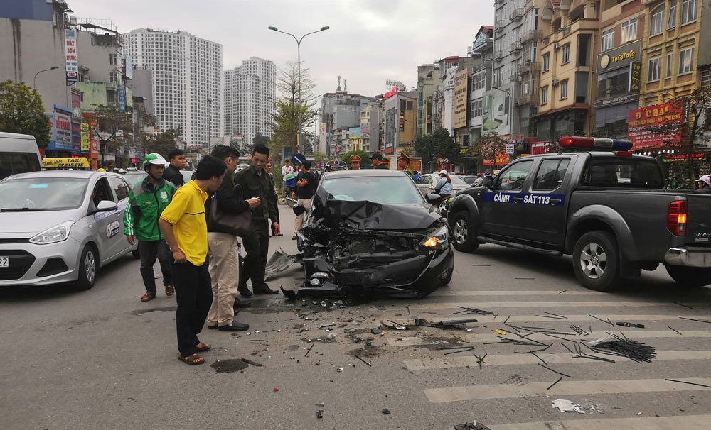 Ô tô đâm liên hoàn ở Ngã Tư Sở, 3 người bị thương