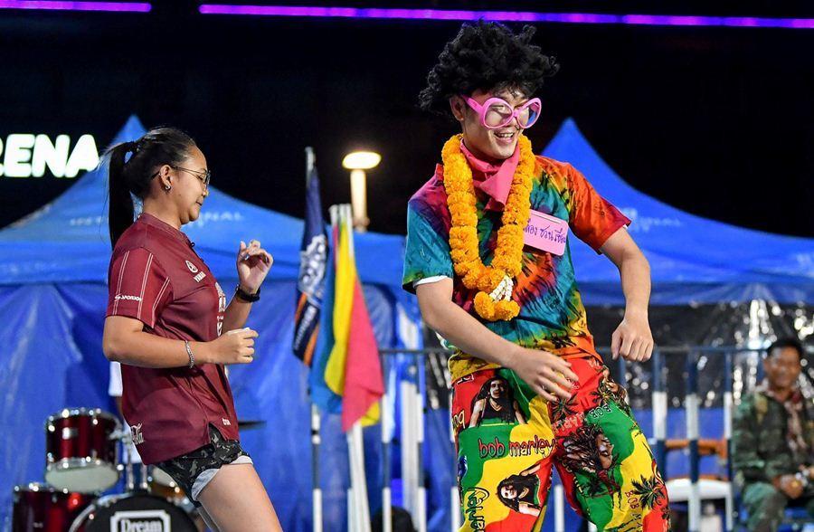 Xuân Trường mặc cực ngầu, quẩy cùng fan nữ Thái Lan