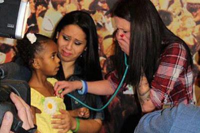 Người mẹ bật khóc khi nghe nhịp tim của con trai đã mất