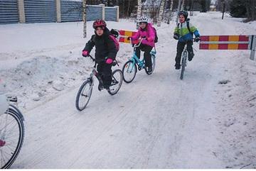 Những đứa trẻ đạp xe tới trường trong thời tiết -17 độ C