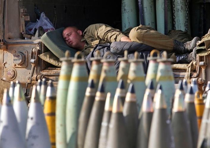 """Muôn kiểu ngủ """"độc, lạ"""" của binh sỹ trên chiến trường"""