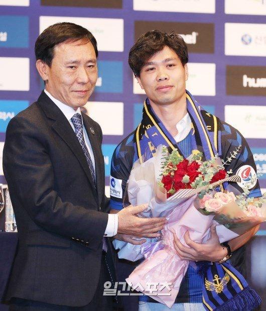 Công Phượng tràn ngập hình ảnh sáng rực trên báo Hàn