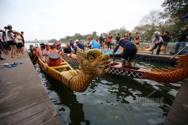 Lạ hôm nay: Thuyền rồng phủ kín hồ Tây