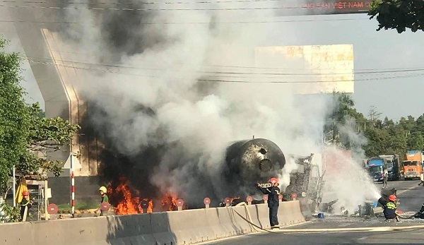 Xe chở xăng dầu tông dải phân cách rồi cháy dữ dội, người đi đường tháo chạy