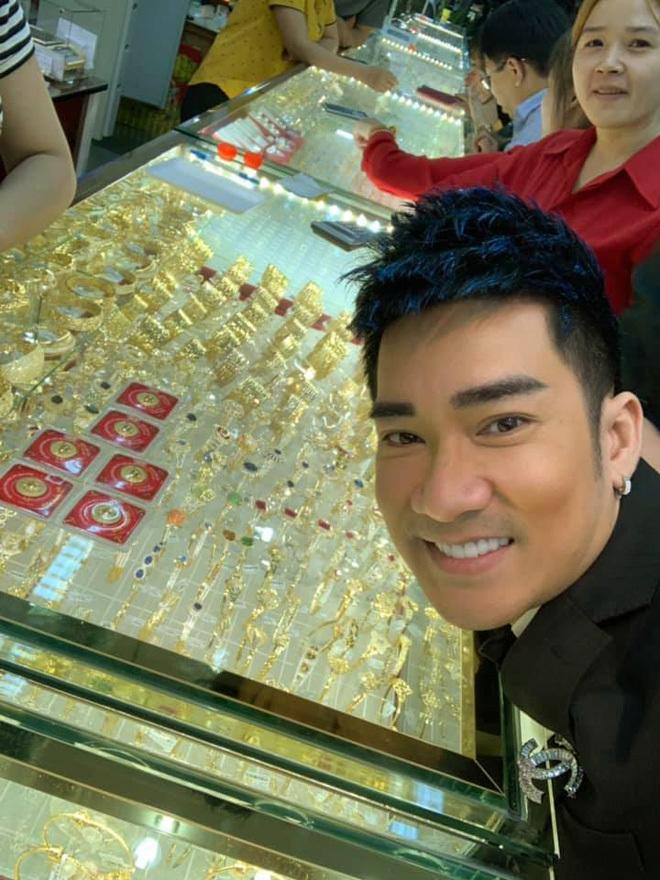 Quang Hà đi mua vàng, dân mạng tò mò xe tiền tỷ hiếm thấy ở VN