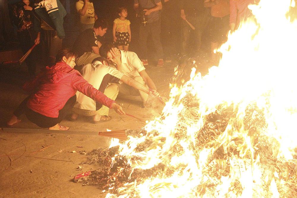 Trăm người tay cầm 'lửa thiêng' chạy khắp ngõ ngách mang 'đỏ' về nhà