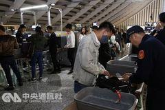 Khách Việt gặp khó vào Đài Loan: Kiểm tra hành lý nghiêm ngặt