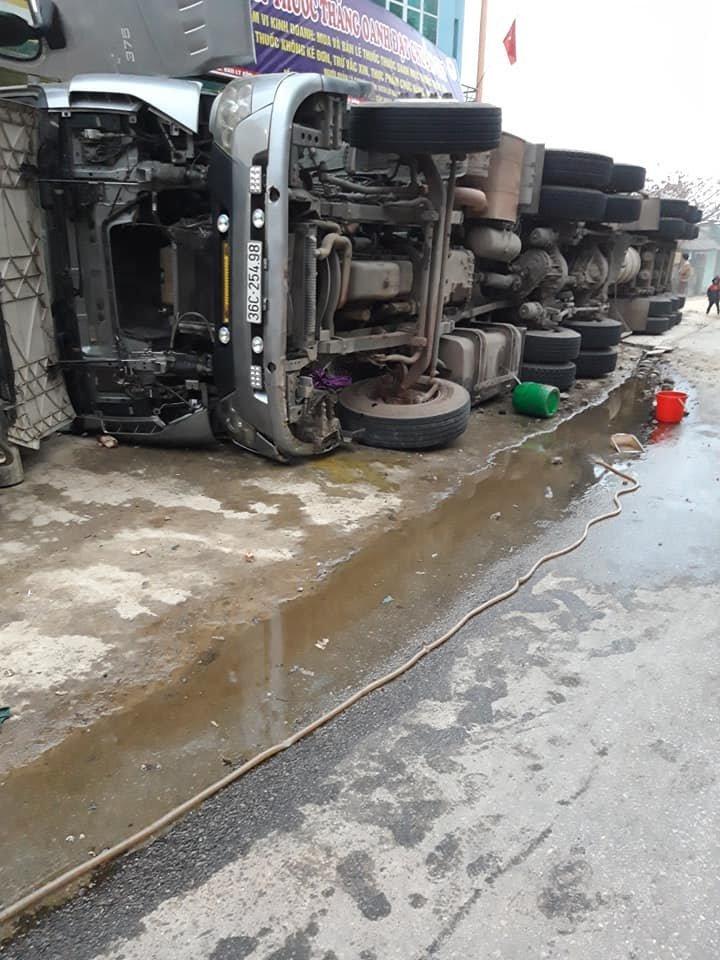 Xe container đổ phơi bụng vào nhà dân, tài xế gãy xương bả vai