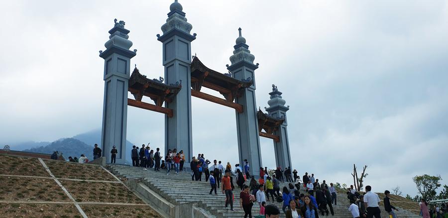 Hàng nghìn người đổ về Tây Yên Tử du xuân đầu năm mới