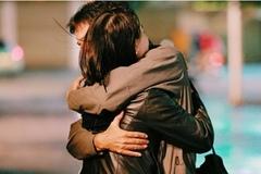 Người phụ nữ bị gãy xương tay vì cái ôm của chồng