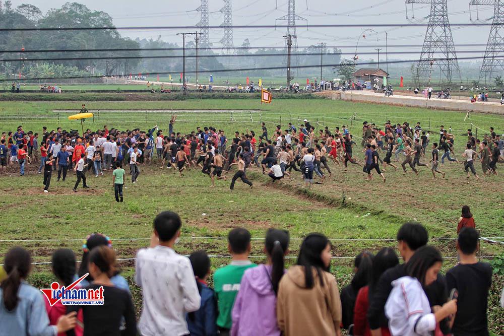 Chưa chính hội, trai làng đã xé rào, hỗn chiến tranh cướp phết Hiền Quan