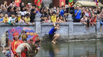 Vui nhất Hà Nội: Quý cô chơi trội nhảy ùm xuống ao, bịt mắt bắt lợn