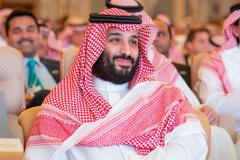 """Hoàng gia Saudi đổ tiền """"tấn"""" mua MU, Arsenal thay Ozil"""