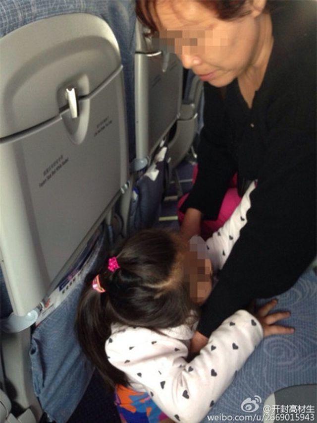 Khách Trung Quốc cho con đi tiểu bậy ngay giữa thảm máy bay