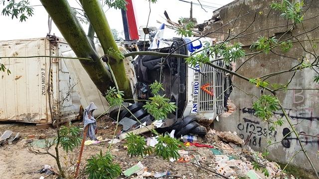 5 ô tô đâm liên hoàn: Ôm cháu chạy thoát chết trong gang tấc