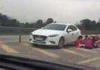 Liên tiếp 2 nhóm thanh niên dừng xe ngồi ăn trên cao tốc Nội Bài - Lào Cai