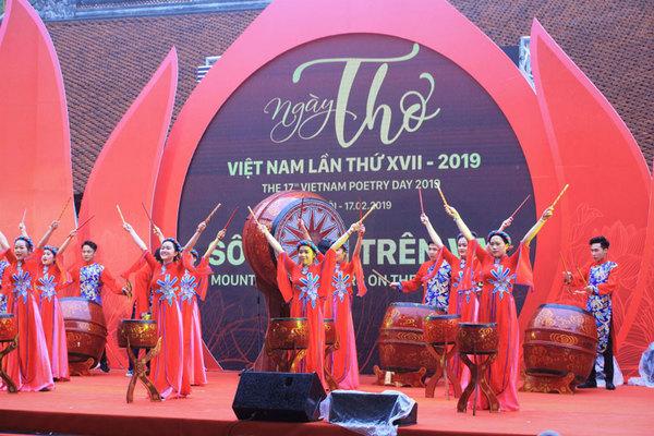 Ngày thơ Việt Nam với vận mệnh 'Sông núi trên vai'
