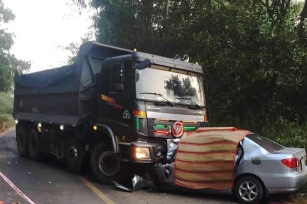 Xe 4 chỗ đấu đầu dính chặt vào xe ben, 2 người chết tại chỗ
