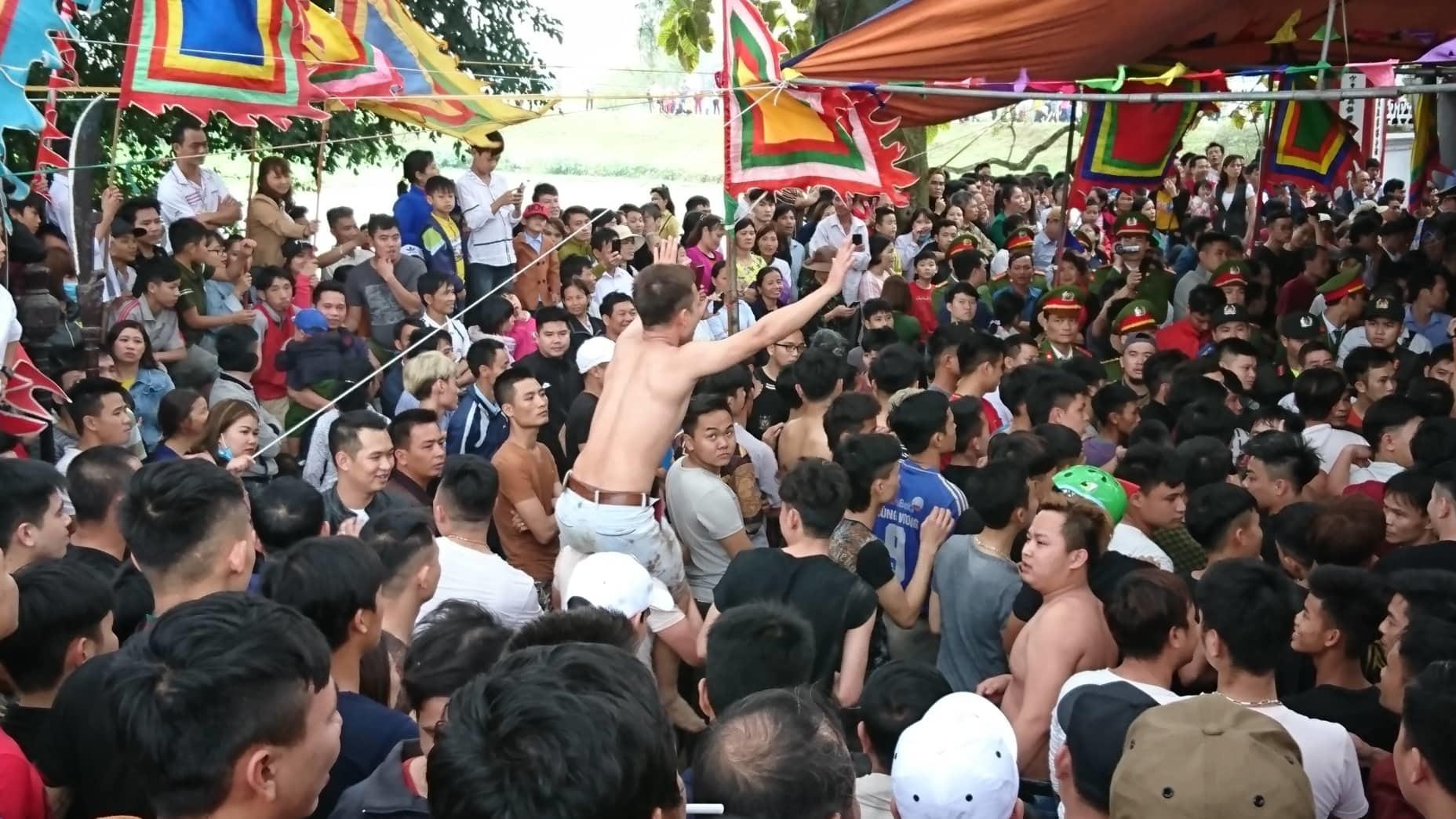 Trăm thanh niên vây kín đền Hiền Quan đòi cướp phết mặc lệnh dừng