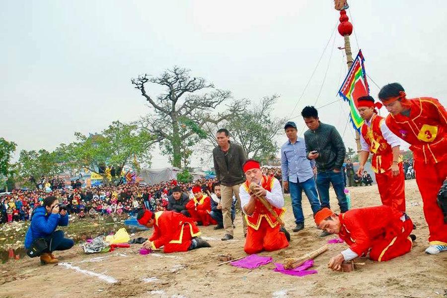 Kỳ lạ ngôi làng kiêng kị không cho phụ nữ tham gia Lễ hội
