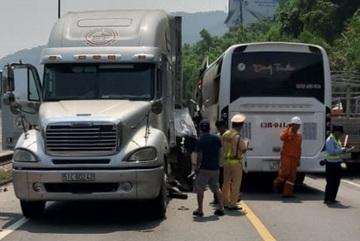 Xe container tông xe chở đoàn khách Hàn Quốc, 11 người bị thương