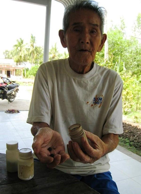 Thầy rắn gần 100 tuổi kể lần chạm mặt huyền thoại với hổ mang chúa Thay-ran
