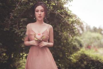 Ngắm vẻ đẹp trong trẻo của hoa hậu Thu Hoàng