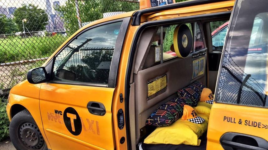 Dựng lồng chắn giúp tài xế taxi tránh bị cướp