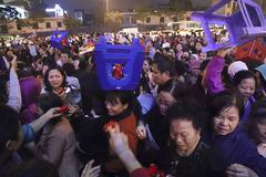 Chen nhau mướt mồ hôi, đội ghế hứng lộc chùa Phúc Khánh
