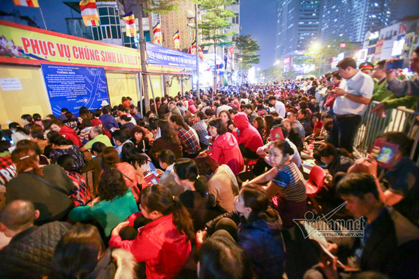 Nghìn người giữ chỗ, chen nhau ngoài đường cầu an chùa Phúc Khánh