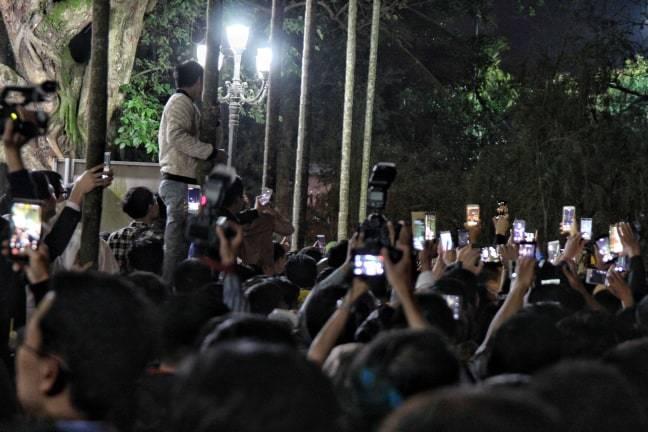 Dòng người đổ về đền Trần, leo cây, trèo rào vào dự lễ khai ấn