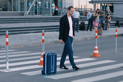 Chiếc vali tự di chuyển theo chủ ở sân bay