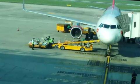 Clip gây bức xúc: Nhân viên sân bay Đà Nẵng ném hành lý của khách