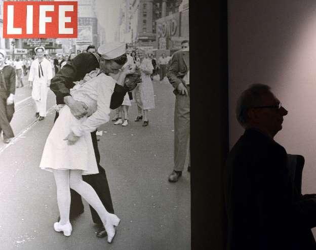 Thủy thủ trong bức ảnh nụ hôn ở quảng trường Thời đại qua đời