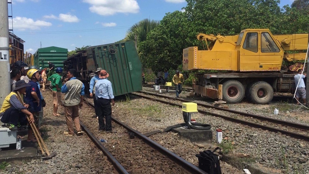 Tàu lửa lại trật bánh, đường sắt Bắc Nam tê liệt nhiều giờ