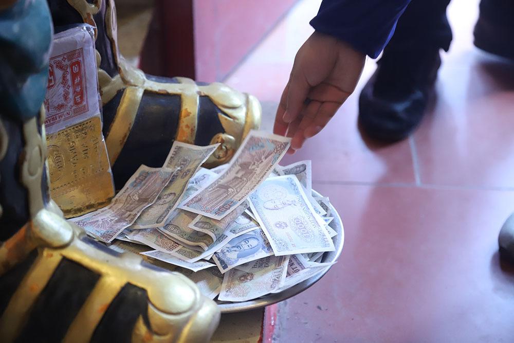 Vàng mã nghi ngút, tiền lẻ rải khắp phủ Tây Hồ rằm tháng Giêng