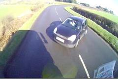 Giây phút kinh hoàng Ford Fiesta đâm trực diện đầu xe tải