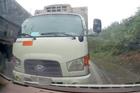 Vượt ẩu trên đèo, xe tải suýt đối đầu ôtô đi ngược chiều