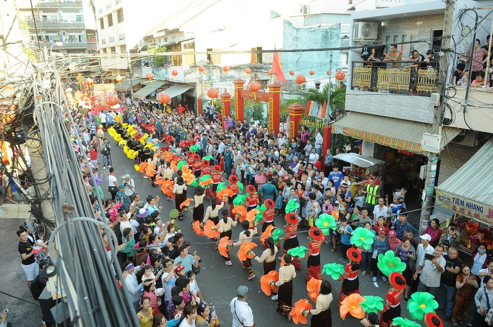 Người dân hào hứng chạm vào 'Thần Tài' trên phố Sài Gòn mong may mắn