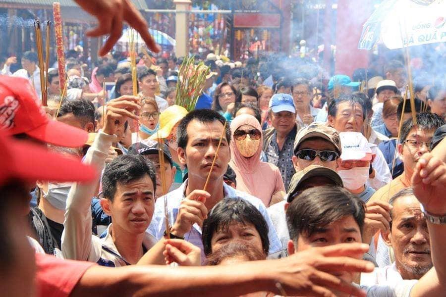 'Biển người' đổ về Bình Dương dự lễ rước chùa Bà Thiên Hậu