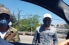 Bịt mặt, đeo kính đen đập phá ô tô tại trạm thu phí Bắc Hải Vân