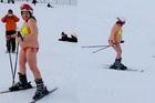 Bà bầu bị chỉ trích vì mặc bikini trượt tuyết