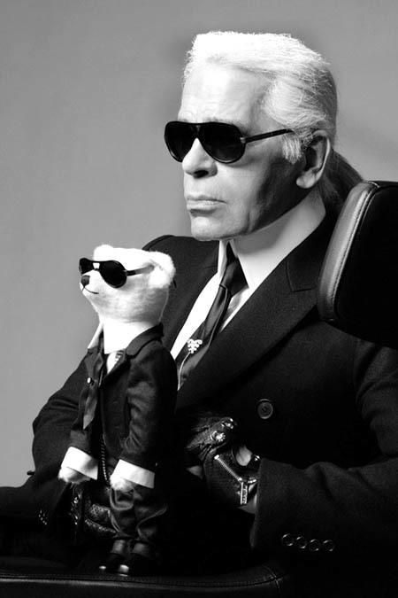 Karl Lagerfeld luôn xuất hiện với vẻ ngoài bí ẩn, riêng biệt.