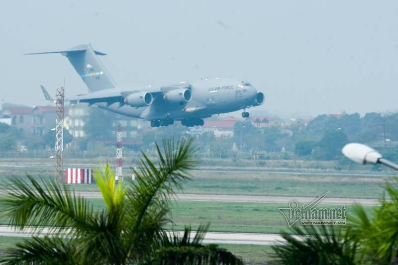 'Ngựa thồ' chở trực thăng Tổng thống Mỹ hạ cánh xuống Nội Bài