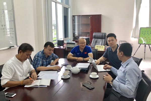 Thầy Park nhờ HLV Hoàng Anh Tuấn làm 'quân sư'