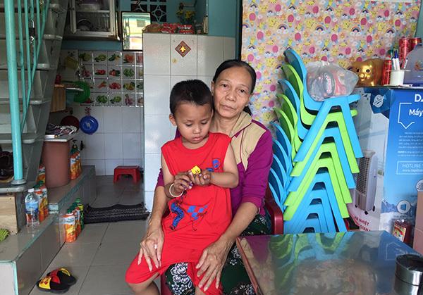 Bà nội rửa chén thuê lấy tiền cứu cháu ung thư